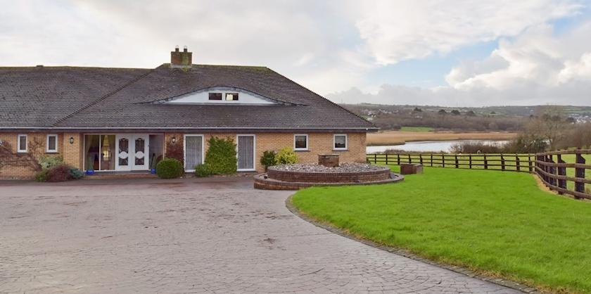Cardigan. Holiday cottages West Wales Large house with Pool - Y Dorlan Mwnt