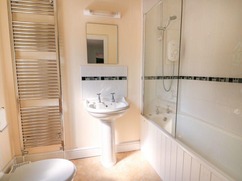 Golygfa Mor Tresaith bathroom