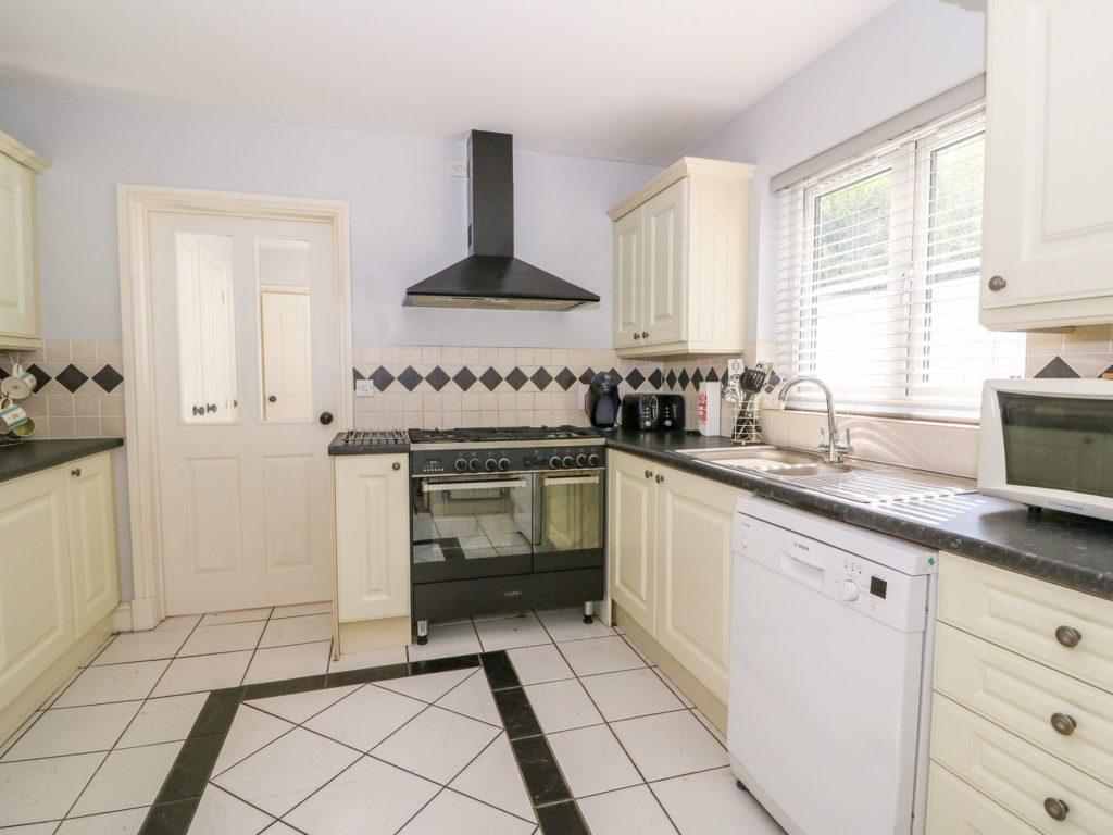 Golygfa Mor Tresaith kitchen
