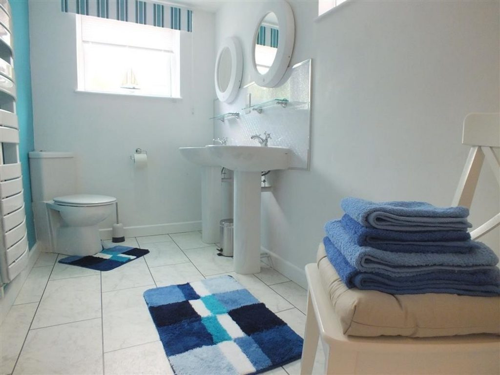 En-suite twin bedroom with walk in shower