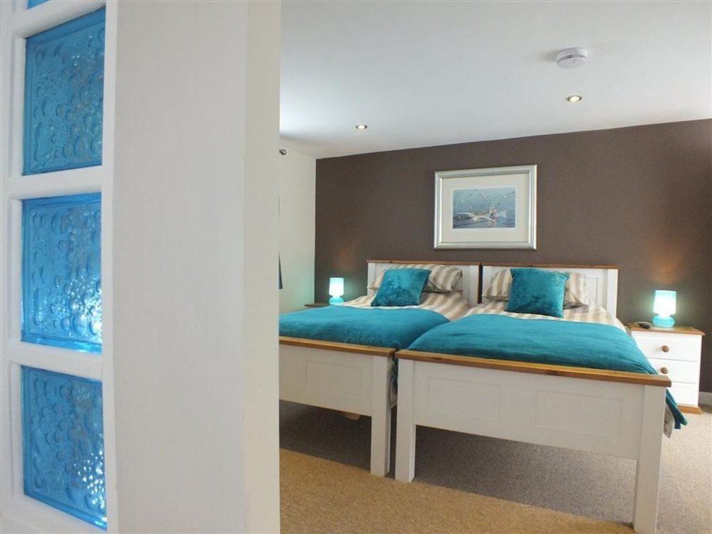 En-suite twin bedroom with walk in shower