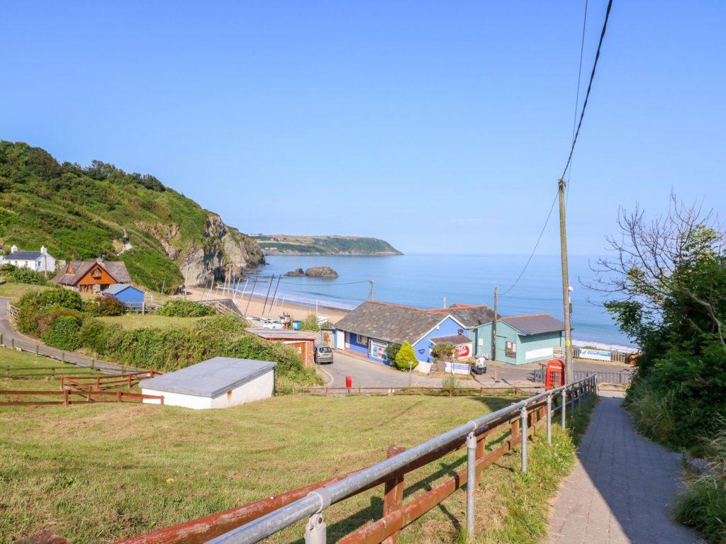 Golygfa Mor Tresaith steps to beach
