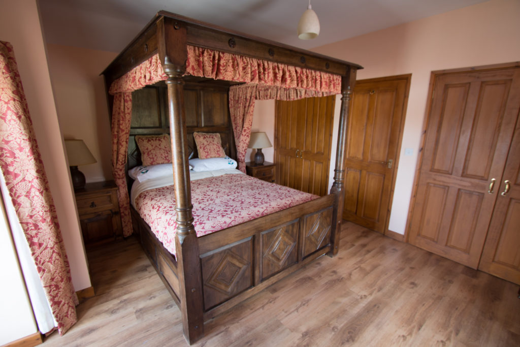 Stable holiday cottage four poster bed
